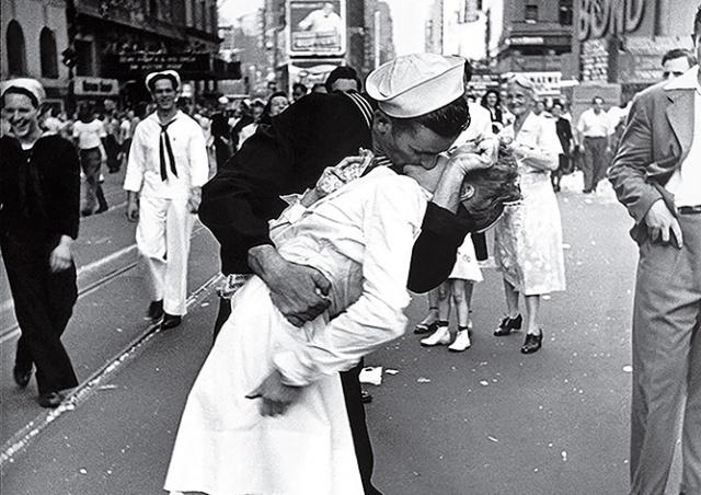 Умер моряк с легендарного фото «Поцелуй на Тайм-сквер»