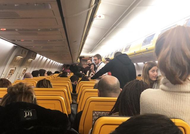 В Праге пассажиры 6 часов просидели в самолете, ожидая вылета