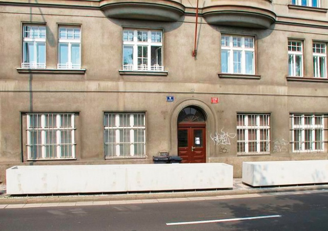 Прага 5 бесплатно раздала скандальные бетонные клумбы