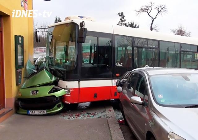 В Праге автобус смял легковушку: 7 пострадавших