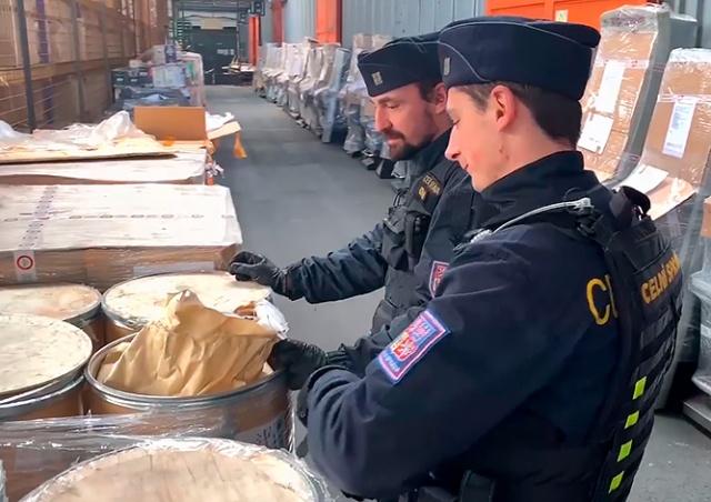 В Праге задержали 3 тонны химиката для производства метамфетамина