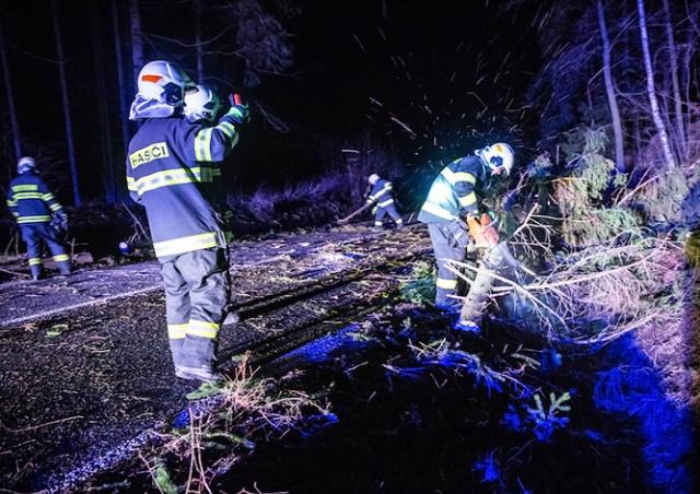 В Чехии шквалистый ветер оставил без электричества сотни тысяч семей