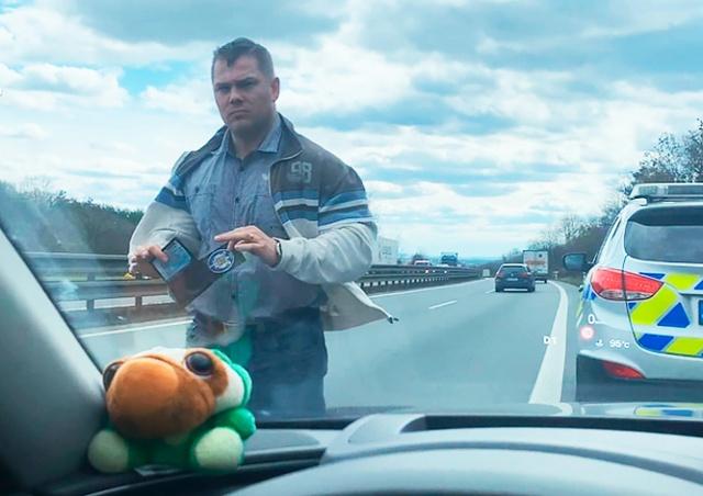 Незаконные действия полицейского в Чехии попали на видео