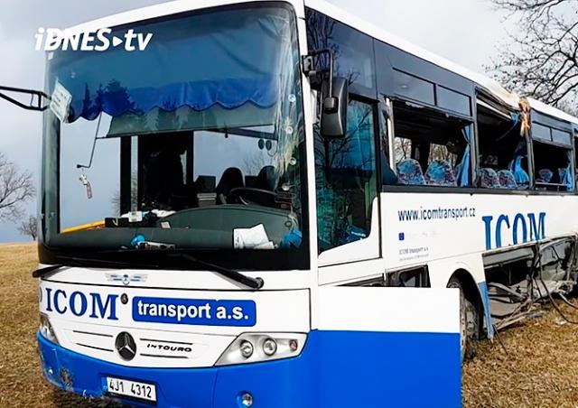 В Чехии школьный автобус врезался в дерево: 16 пострадавших