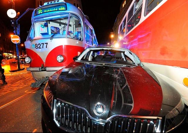 В центре Праги легковушку зажало между трамваями