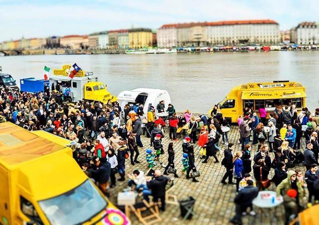 В субботу в Праге пройдет фестиваль уличной еды Food Truck Show