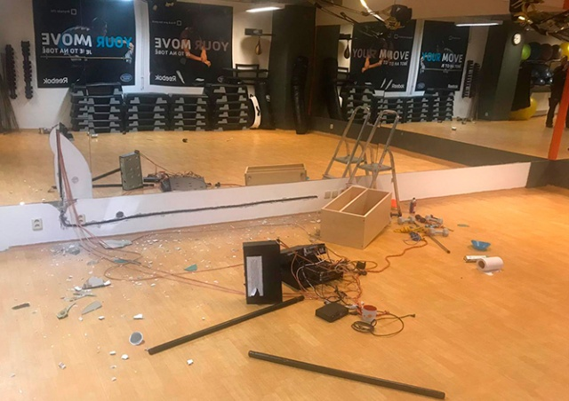 В Праге вандал ночью разгромил фитнесс-центр и уснул на месте преступления