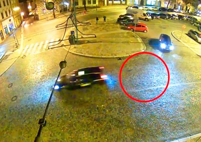 Валидольное видео из Чехии: поводок защемило, и машина потащила собаку за собой