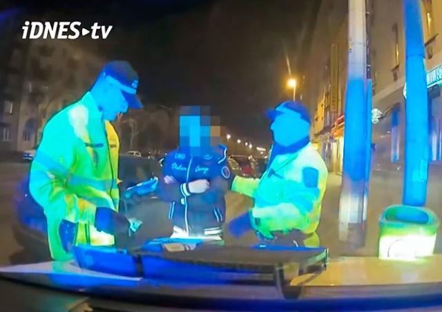 Полиция Праги задержала пьяного иностранца-нелегала: видео