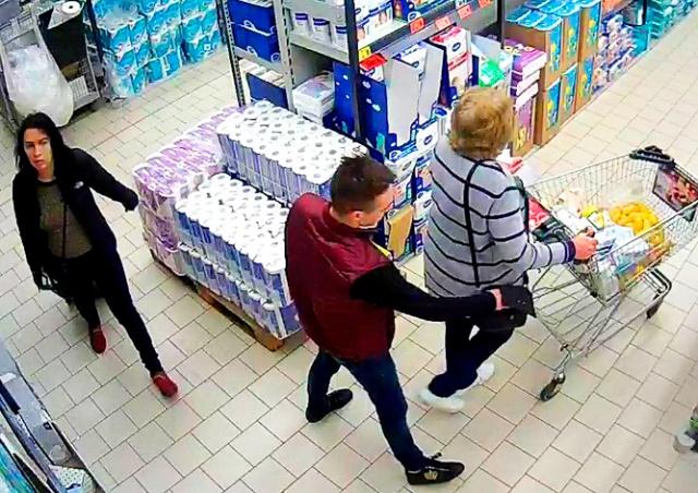 Слаженная работа карманников в чешском ТЦ попала на видео