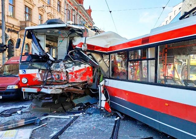 Появилось видео столкновения троллейбуса с трамваем в Чехии