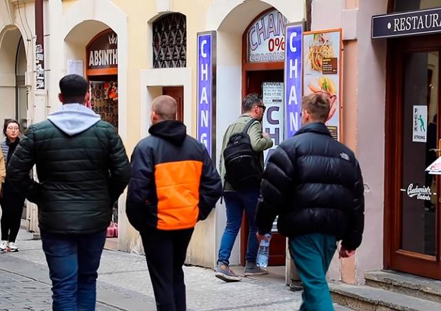 Русский мат и ложь: обменники в Праге не смирились с новым законом