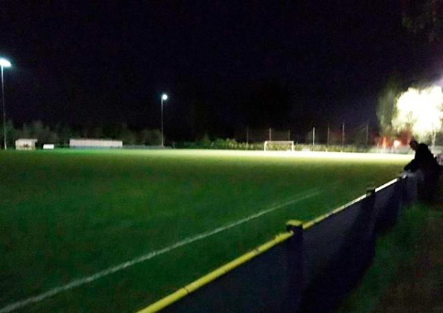 В Англии удаленный футболист отправился в душ и случайно погасил свет на стадионе
