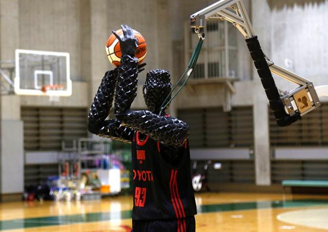 Робота-баскетболиста научили делать трехочковые броски: видео