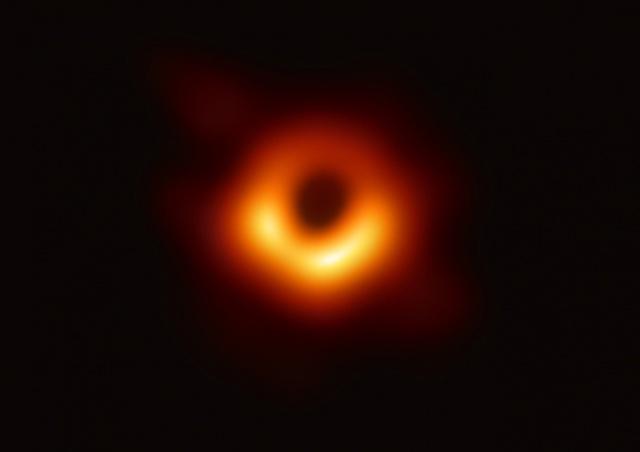 Ученые впервые в истории показали фотографию черной дыры