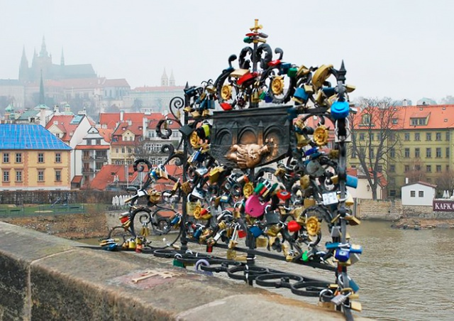 Как Карлов мост очищают от «замков любви»: видео