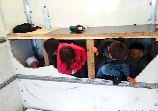 Полиция Чехии обнаружила в грузовике тайник с мигрантами