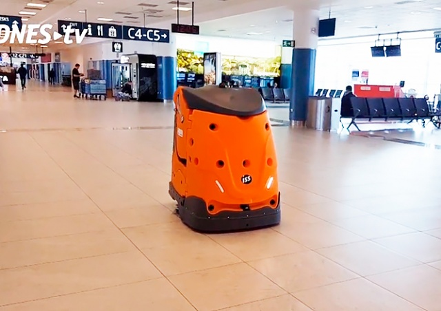 В аэропорту Праги появился робот-уборщик: видео
