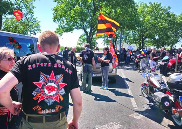 «Ночных волков» в Праге встретили сторонники и противники: видео