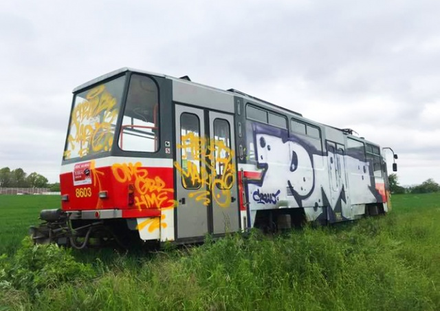 «Припаркованный» на автомагистрали трамвай разрисовали вандалы: видео