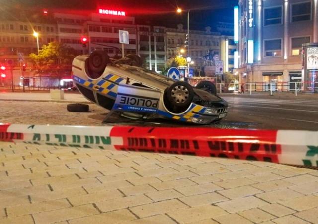 В центре Праги в результате погони перевернулась полицейская машина