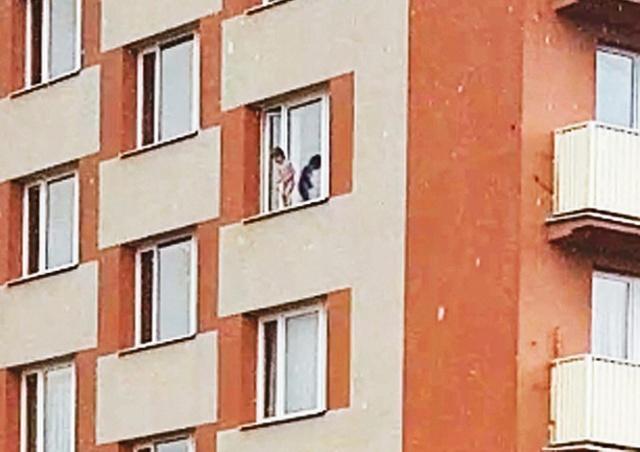 В Праге спасли трехлетнего мальчика, решившего поиграть в Человека-паука
