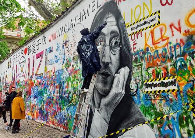 Питерские художники нарисовали портрет Леннона на его стене в Праге