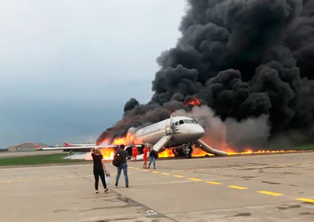 В Москве при посадке загорелся самолет: 41 человек погиб