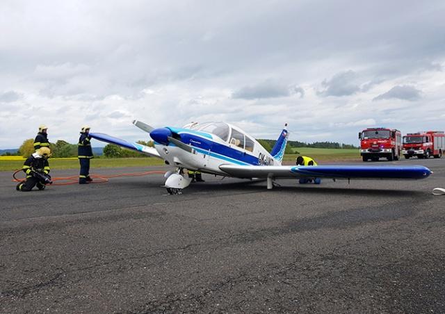 Чешский аэропорт показал видео аварийной посадки самолета