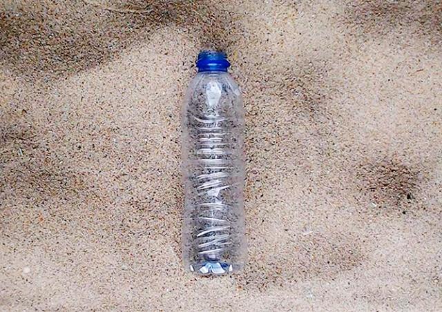 WWF запустил стрим разложения пластиковой бутылки. Он будет идти 450 лет