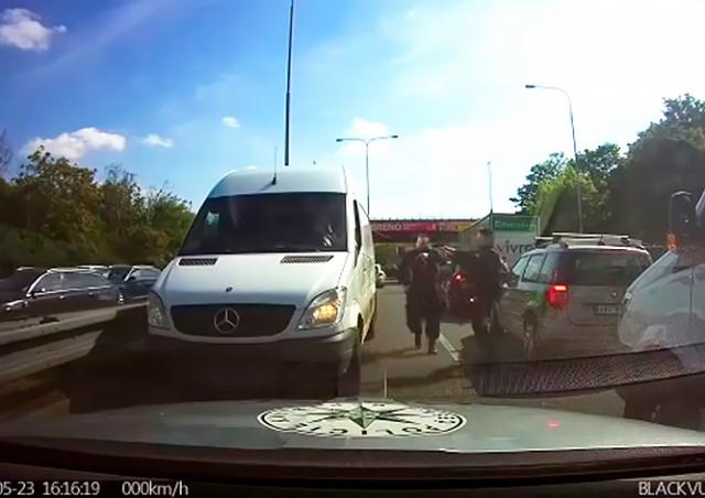 Полиция Праги показала видео погони со стрельбой на шоссе