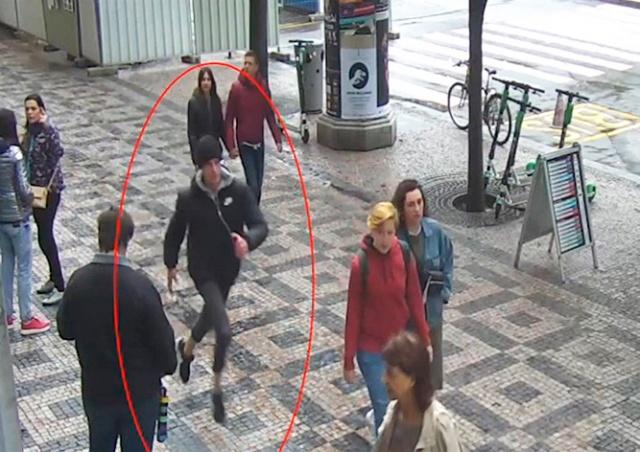 Полиция разыскивает хулигана, перевернувшего гриль в центре Праги: видео