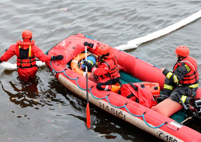 На реке в центре Праги собирают огромное маслянистое пятно