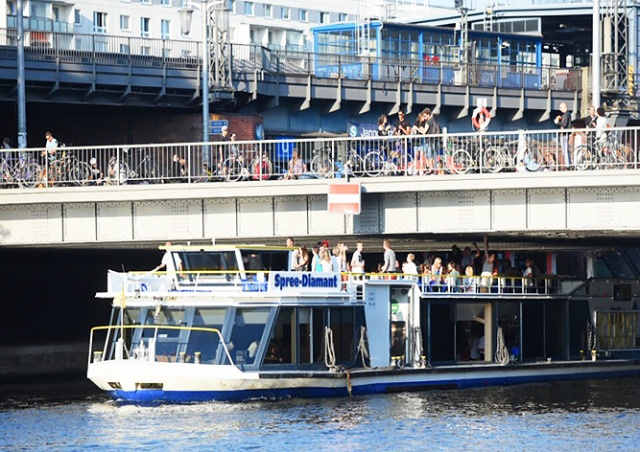 В Берлине мужчина помочился с моста. Четыре человека попали в больницу