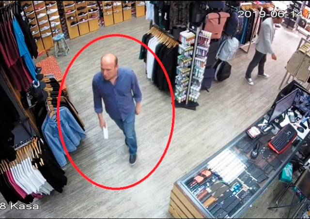 Командная кража в пражском магазине попала на видео