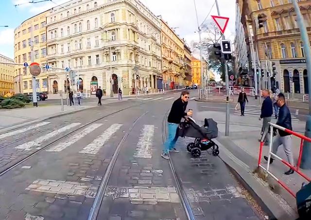 Трудно быть водителем трамвая в Праге: подборка случаев безрассудства на путях