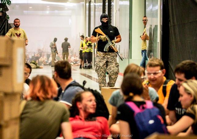 Захват заложников в пражском ТЦ: полиция показала видео с учений