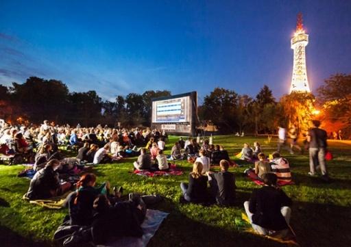 Бесплатный кинотеатр под открытым небом Kinobus опубликовал график сеансов