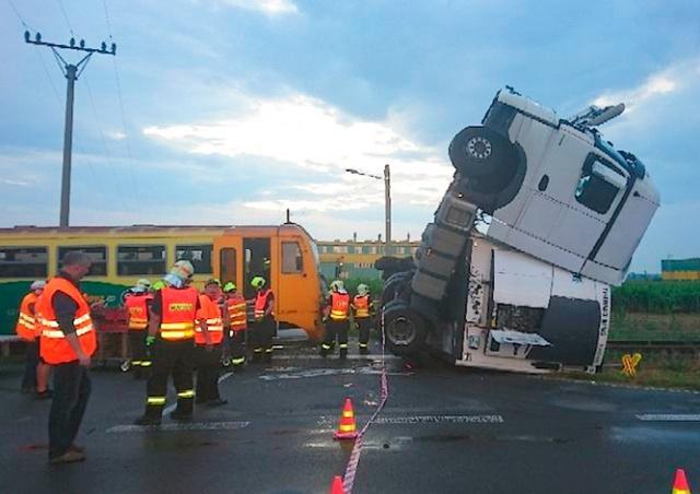 В Чехии пассажирский поезд столкнулся с фурой: есть пострадавшие