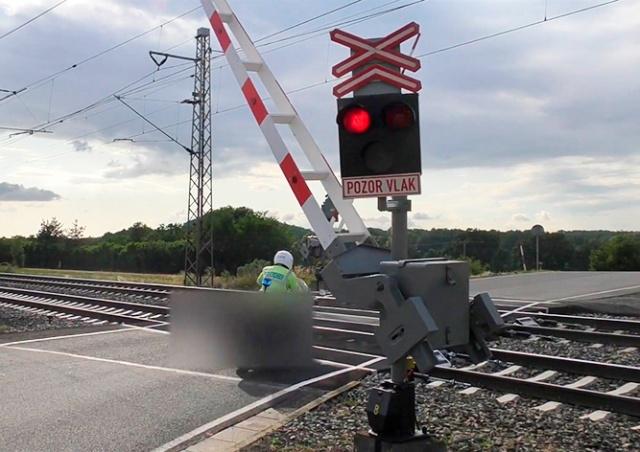 В Чехии полицейский «проскочил» переезд на красный: видео