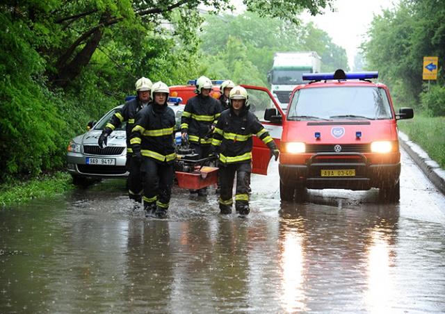 Сильный ливень ограничил движение транспорта в Праге