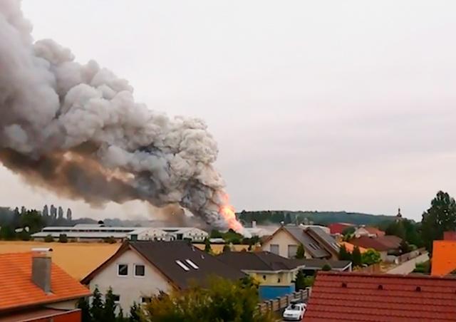 Пожар на складе аккумуляторов под Прагой привел к серии взрывов: видео