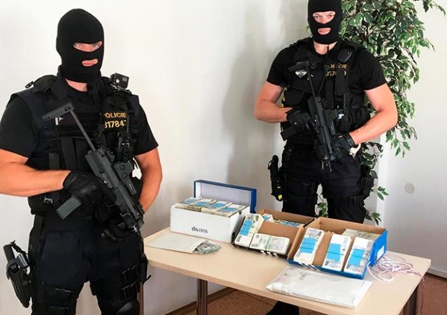 Подозреваемый в мошенничестве иностранец прятал в диване 21 млн крон