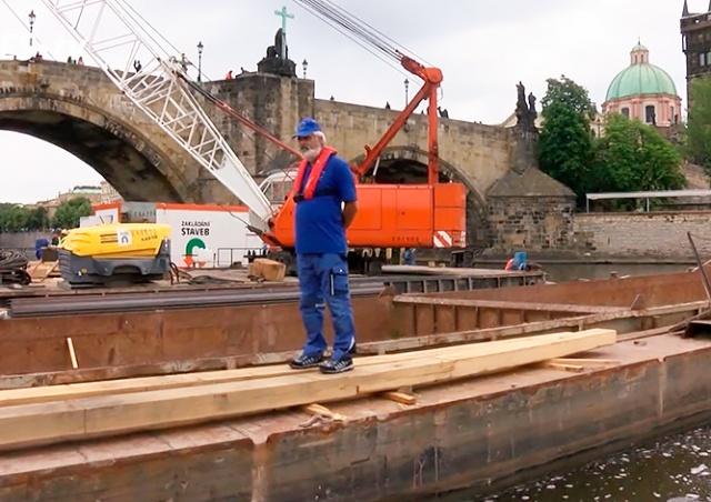 Техники показали, как идет замена ледорезов Карлова моста: видео