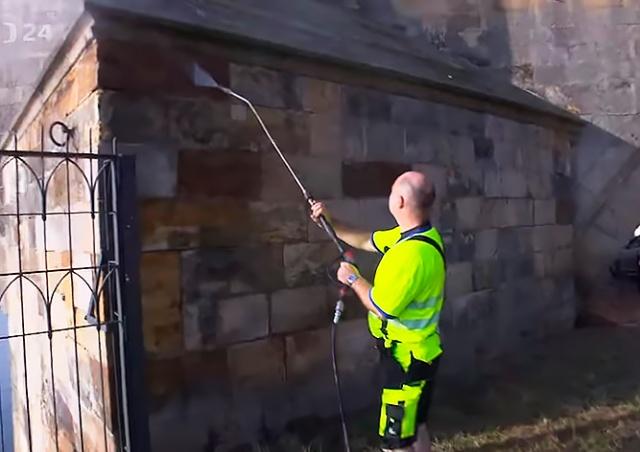 Раскрыта личность человека, смывшего граффити с Карлова моста