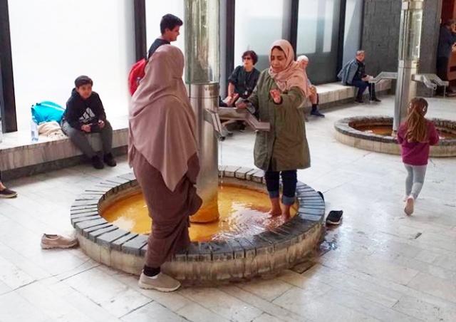 Фотография мусульманок в Карловых Варах возмутила чешские соцсети