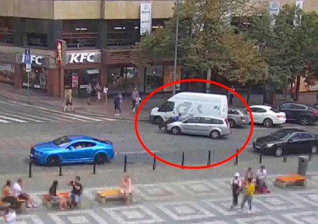 В Праге не желавший платить штраф водитель «прокатил» полицейского на капоте: видео