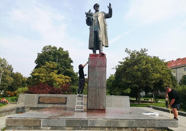 Активисты очистили памятник Коневу в Праге: видео