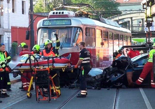 Трамвай сошел с рельсов в Праге