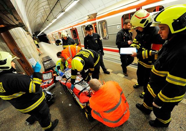Человек погиб под колесами поезда в метро Праги